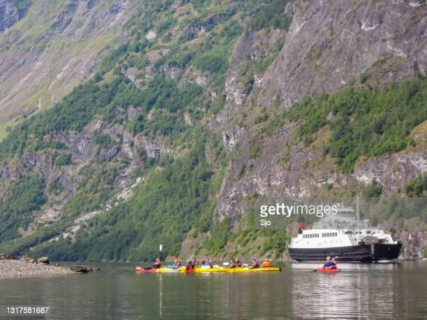 """kayakers ferry in de nærøyfjord in noorwegen tijdens een mooie zomerdag - """"sjoerd van der wal"""" or """"sjo""""nature stockfoto's en -beelden"""