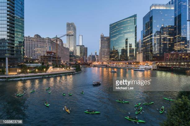 kayakers on chicago river at twilight - chicago illinois stock pictures, royalty-free photos & images