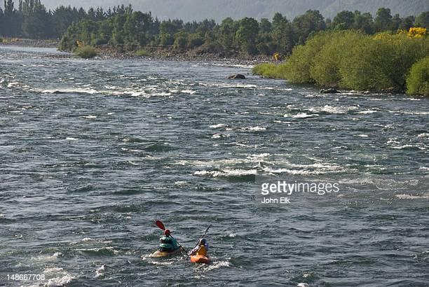 kayakers on rio trancura. - pucon fotografías e imágenes de stock