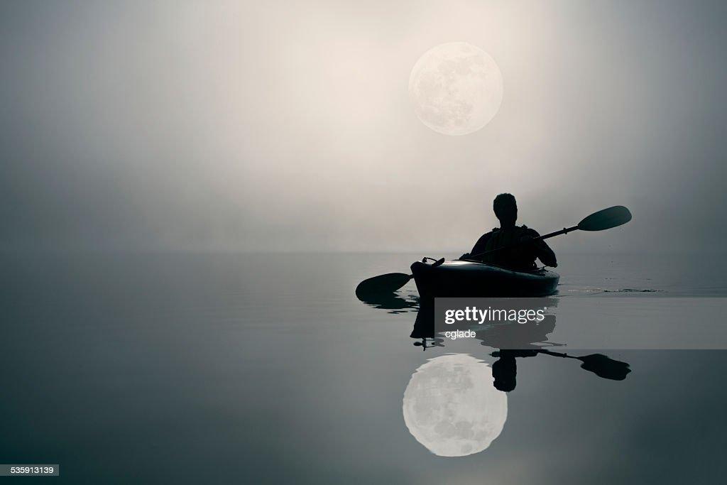 Caiaque e o Super lua : Foto de stock