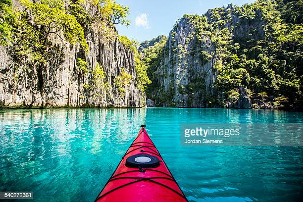 kayaking excursion through the philippines - paisajes de filipinas fotografías e imágenes de stock