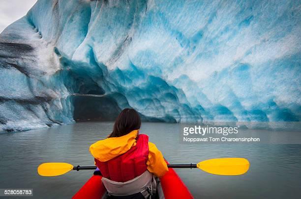 kayaking in alaska glacier lagoon - erforschung stock-fotos und bilder