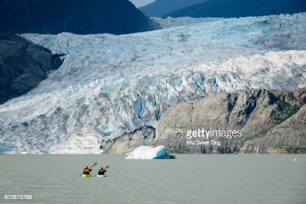 kayaking in mendenhall lake - ijsschots stockfoto's en -beelden