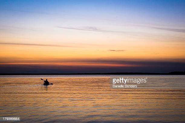kayaking into the sunset - ottawa stock-fotos und bilder