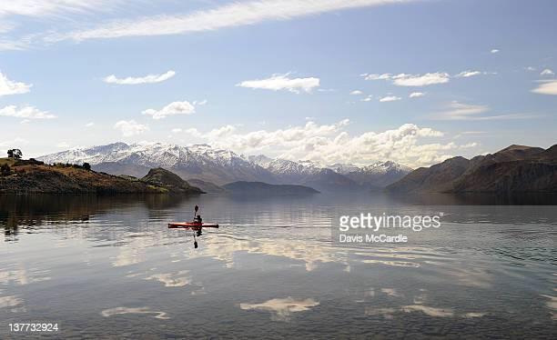 kayaking lake wanaka - lago wanaka - fotografias e filmes do acervo