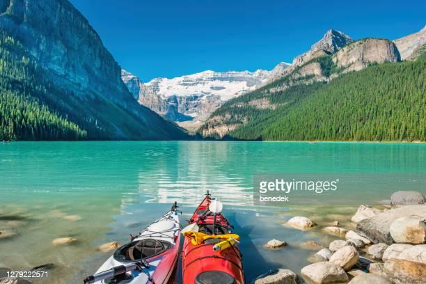 kajaks bij lake louise banff national park alberta canada - meeroever stockfoto's en -beelden