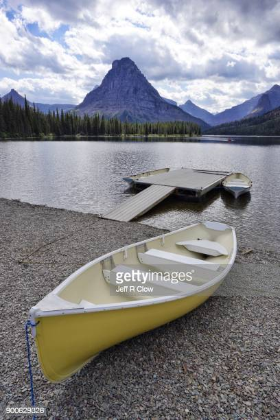 kayaks in montana - two medicine lake montana stock-fotos und bilder