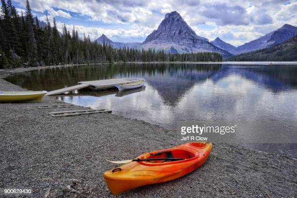 kayaks in montana too - two medicine lake montana stock-fotos und bilder