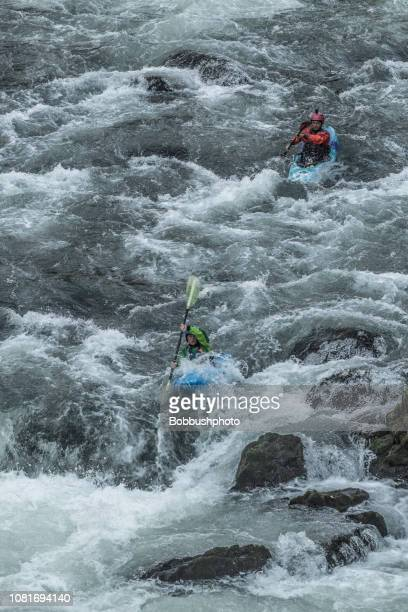 kayking rápidos de agua blanca de benham cataratas en el río de deschutes cerca de bend, oregon - río swift fotografías e imágenes de stock