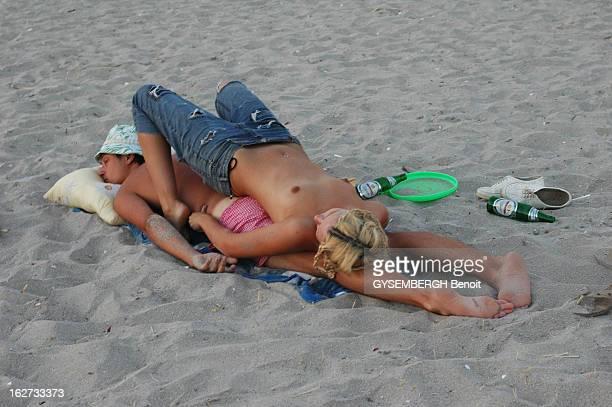 Kazantip Rave En Ukraine une rave géante accueille des milliers de jeunes teufeurs pendant six semaines jeune couple d'amoureux endormi sur la plage