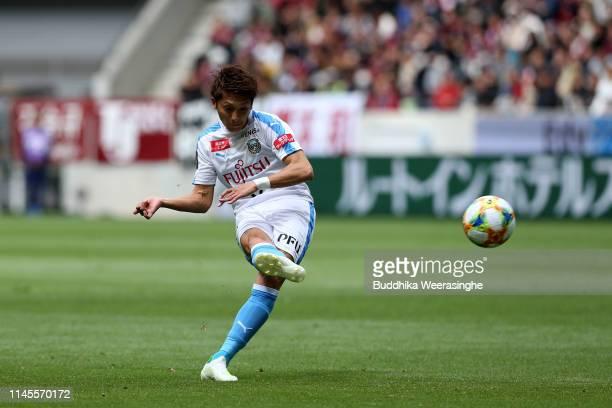 Kazuaki Mawatari of Kawasaki Frontale scores his side's first goal during the J.League J1 match between Vissel Kobe and Kawasaki Frontale at Noevir...