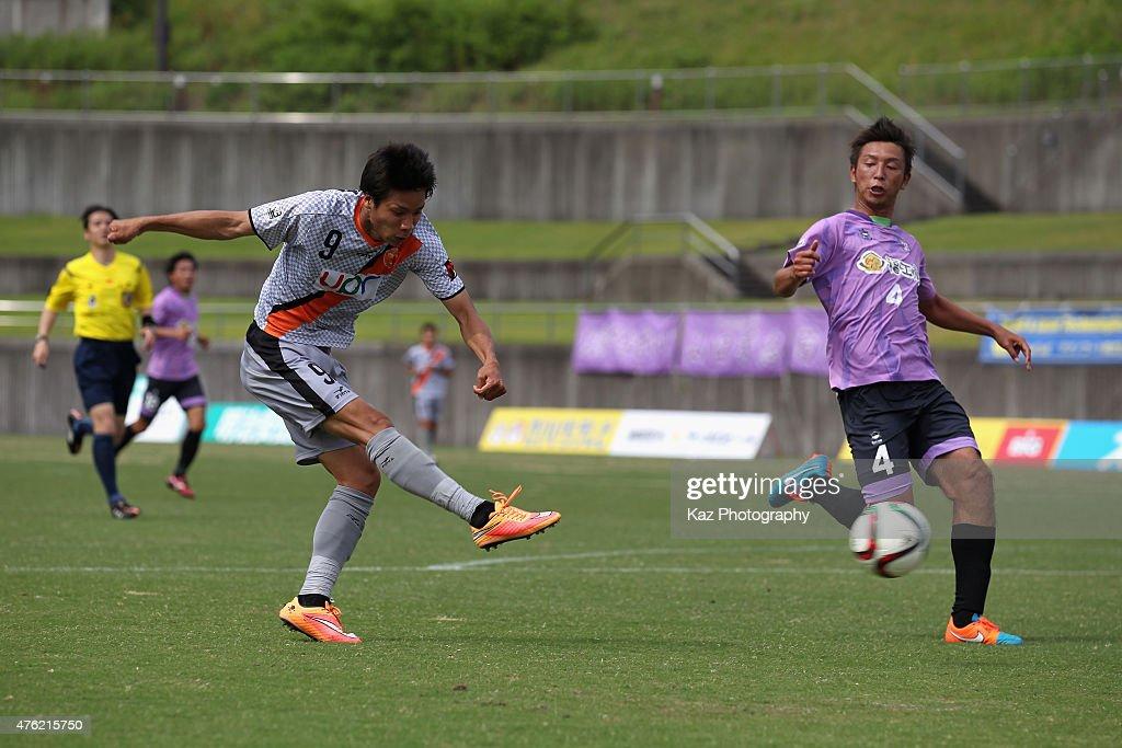 Kazuhito Kishida of Renofa Yamaguchi shoots at goal during the J.League third division match between Fujieda MYFC and Renofa Yamaguchi at Fujieda Stadium on June 7, 2015 in Fujieda, Shizuoka, Japan.