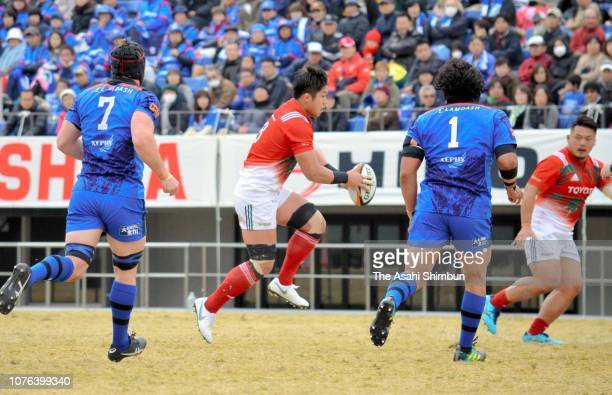 Kazuki Himeno of Toyota Verblitz in action during the Top League Tournament Quarter Final between Panasonic Wild Knights and Toyota Verblitz at...