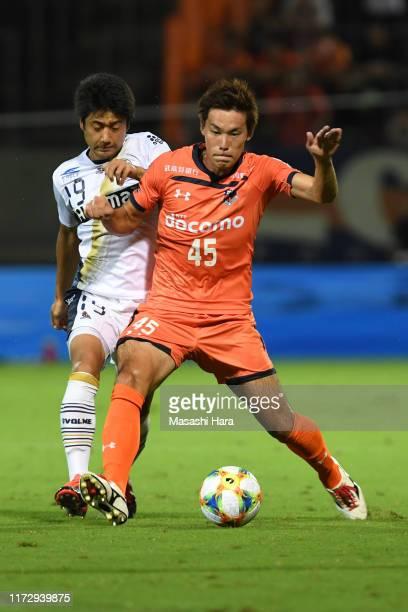 Kazuki Kushibiki of Omiya Ardija and Shuta Doi of Machida Zelvia compete for the ball during the J.League J2 match between Omiya Ardija and Machida...