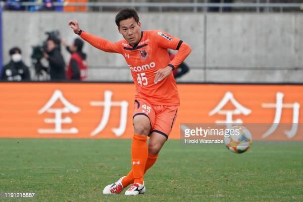 Kazuki Kushibiki of Omiya Ardija in action during the J.League J1/J2 Play-Off first round match between Omiya Ardija and Montedio Yamagata at Nack 5...