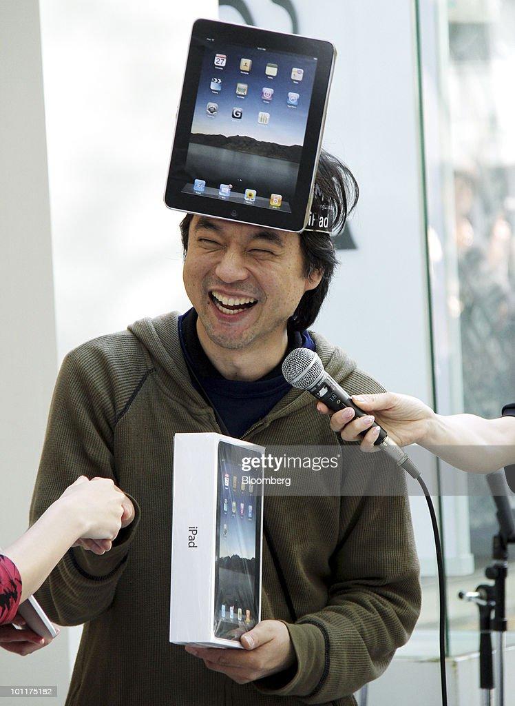 Apple IPad Goes On Sale In Japan : ニュース写真