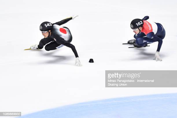 Kazuki Yoshinaga of Japan takes the lead against Jens Van 'T Wout of the Netherlands in the men's 3000 metre relay semifinal during the ISU World...