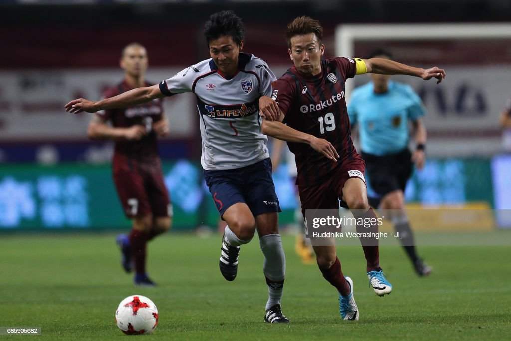Kazuma Watanabe of Vissel Kobe and Yuichi Maruyama of FC Tokyo compete for the ball during the J.League J1 match between Vissel Kobe and FC Tokyo at Noevir Stadium Kobe on May 20, 2017 in Kobe, Hyogo, Japan.