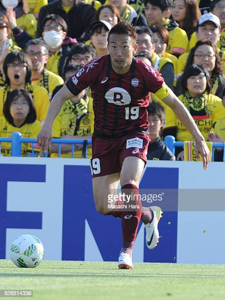 Kazuma Watanabe of Vissel Kobe in action during the JLeague match between Kashiwa Reysol and Vissel Kobe at the Hitachi Kashiwa soccer stadium on...