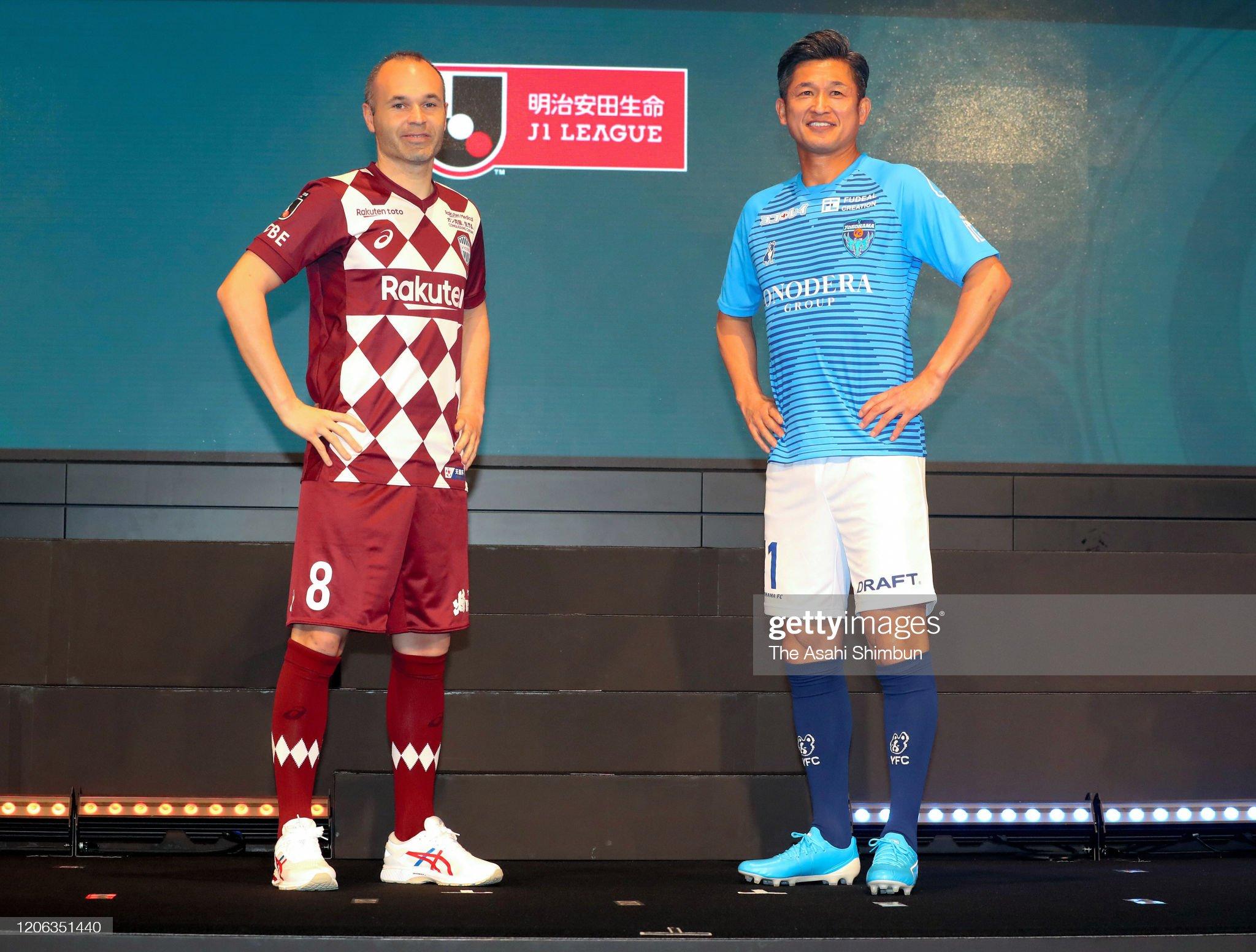 ¿Cuánto mide Kazuyoshi Miura? - Altura - Real height Kazuyoshi-miura-of-yokohama-fc-and-andres-iniesta-of-vissel-kobe-pose-picture-id1206351440?s=2048x2048