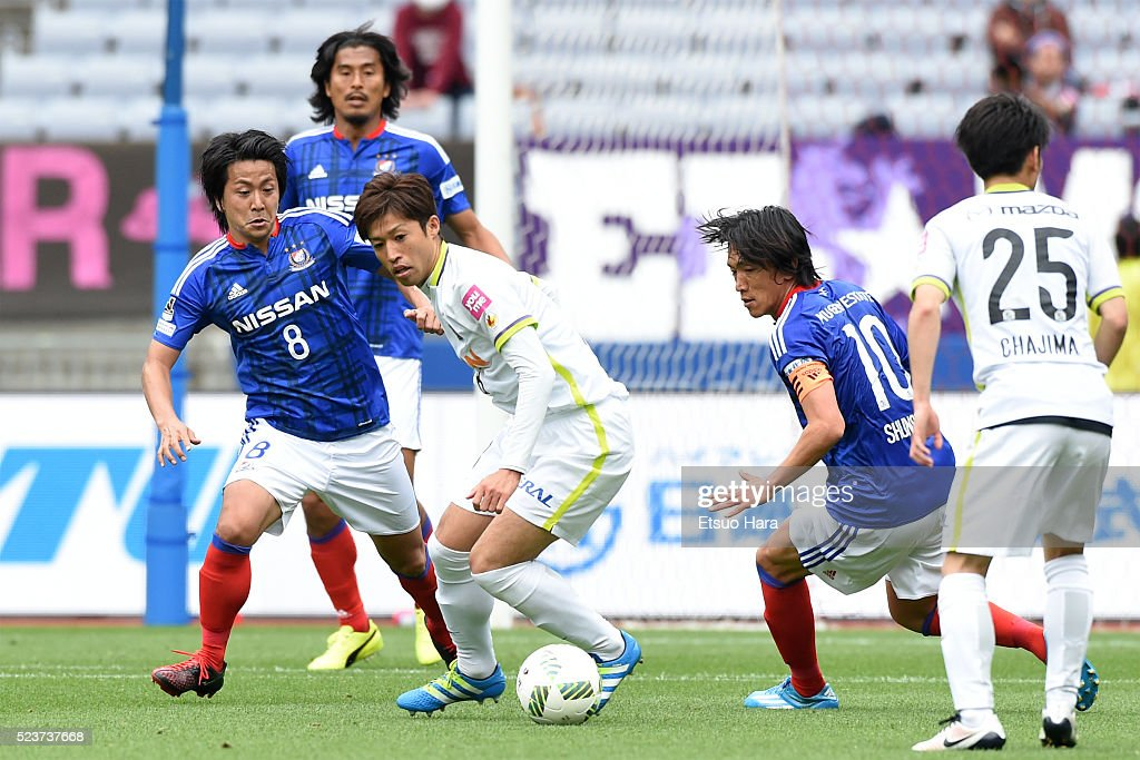 Kazuyuki Morisaki of Sanfrecce Hiroshima(C) in action during the J.League match between Yokohama F.Marinos and Sanfrecce Hiroshima at the Nissan Stadium on April 24, 2016 in Yokohama, Kanagawa, Japan.