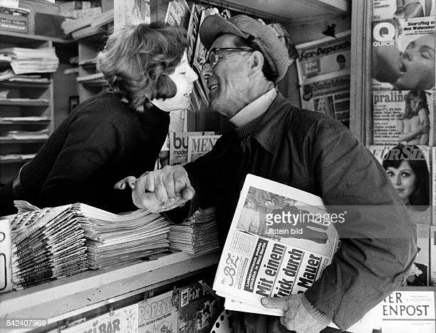 Küßchen am Kiosk von Brigitte fürRudolf Schmaler AltMoabit 1972