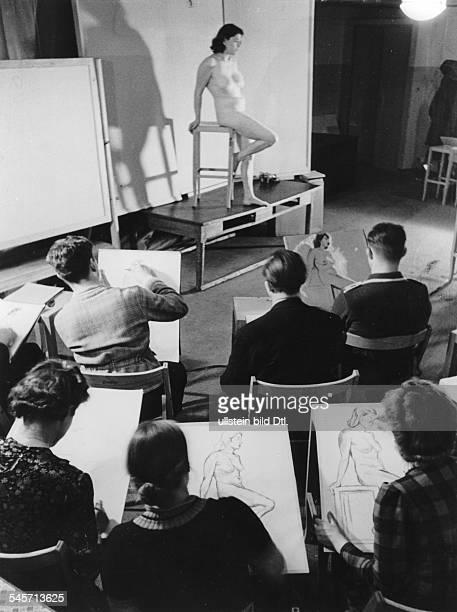 KdF Freizeitgestaltung Unterricht im Aktzeichnen Anfang 1940Aufnahme Artur Grimm
