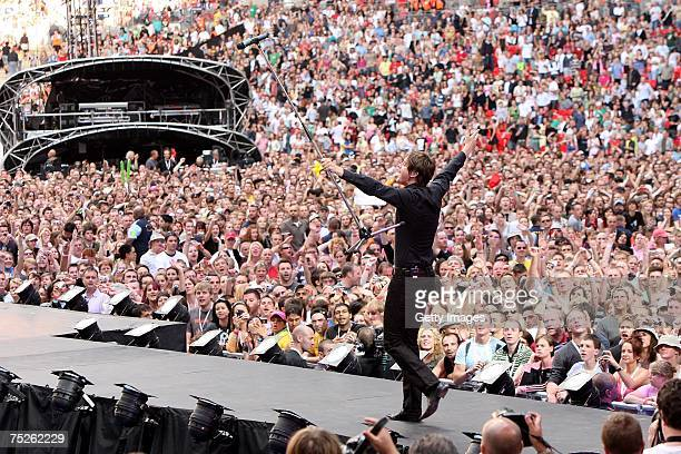 Keane frontman Tom Chaplin performs on stage during the Live Earth concert at Wembley Stadium on July 7 2007 in London England Live Earth is a 24hour...