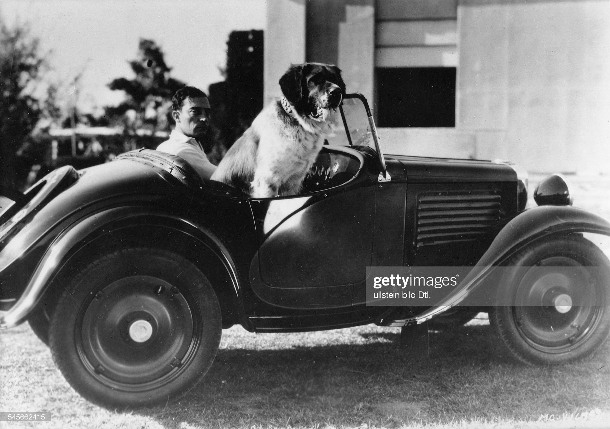 Keaton, Buston - Comic actor, USA - *04.10.1895-01.02.1966+ in his car with his dog - 1930 Vintage property of ullstein bild : News Photo