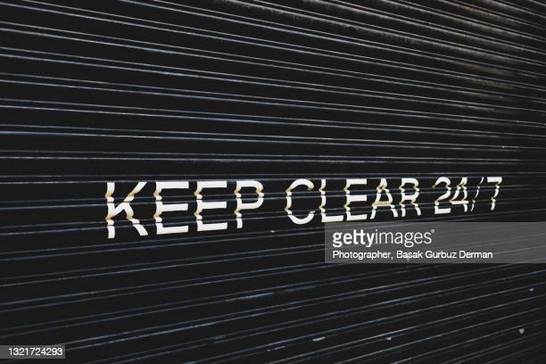 keep clear 24/7 sign on garage door - 24時間営業 ストックフォトと画像