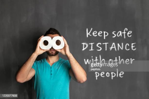 mantenere la distanza di sicurezza con altre persone - emorroidi foto e immagini stock