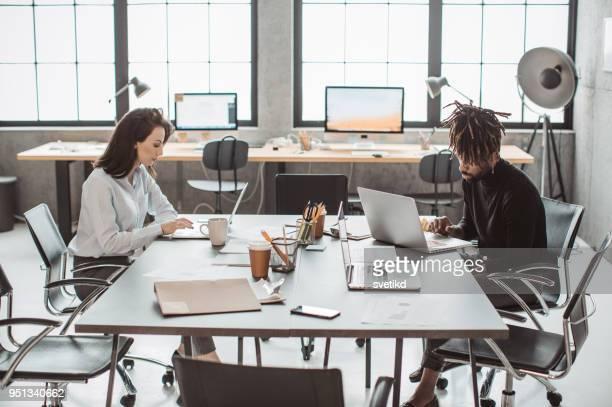 houden van de stroom van het idee - conferentietafel stockfoto's en -beelden