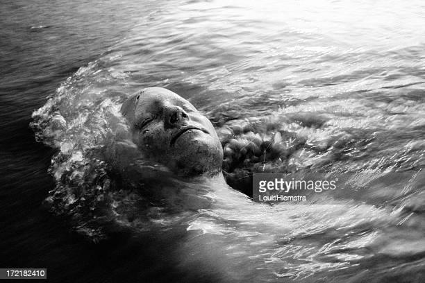 manténgase su jefe sobre el agua - muerte fotografías e imágenes de stock
