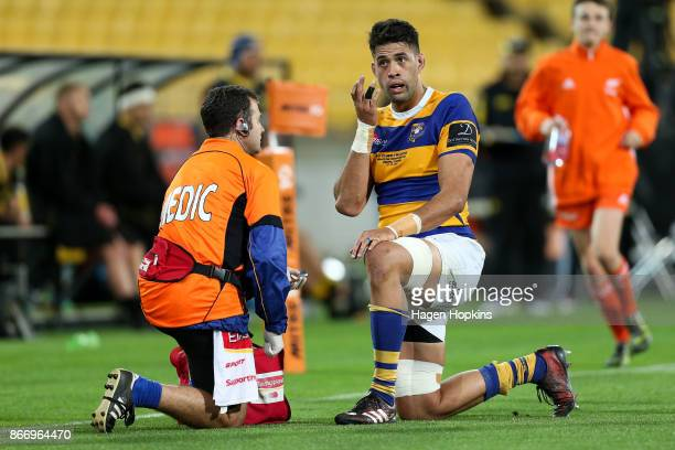 Keepa Mewett of Bay of Plenty replaces a contact lens during the Mitre 10 Cup Championship Final match between Wellington and Bay of Plenty at...
