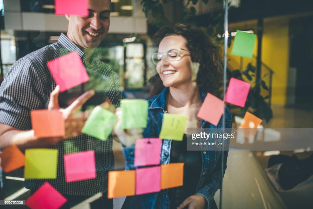 Unternehmen entwickeln sich mit einem kreativen Brainstorming zu halten : Stock-Foto