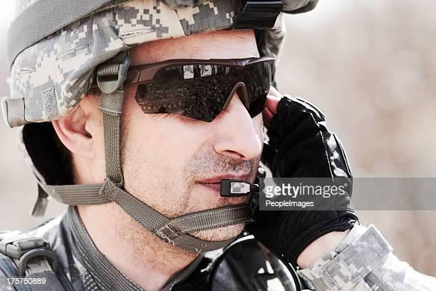 gardant la communication sur demande - soldat photos et images de collection