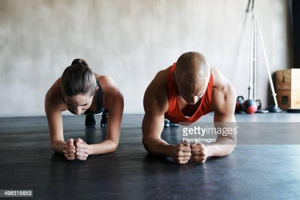En gardant les autres concentrée pendant un entraînement