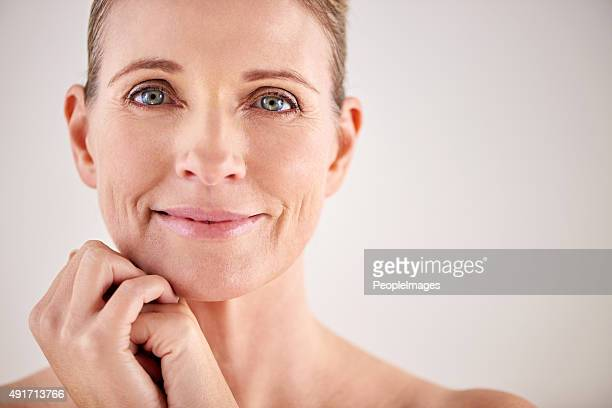 keeping her skin looking great with good beauty habits - pretty older women stock pictures, royalty-free photos & images