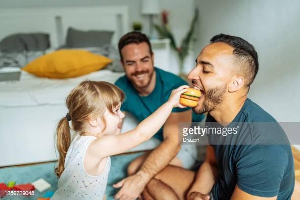 ロックダウンとパンデミックの間に子供とlgbtの家族の精神的健康を維持する - 同性愛者 ストックフォトと画像