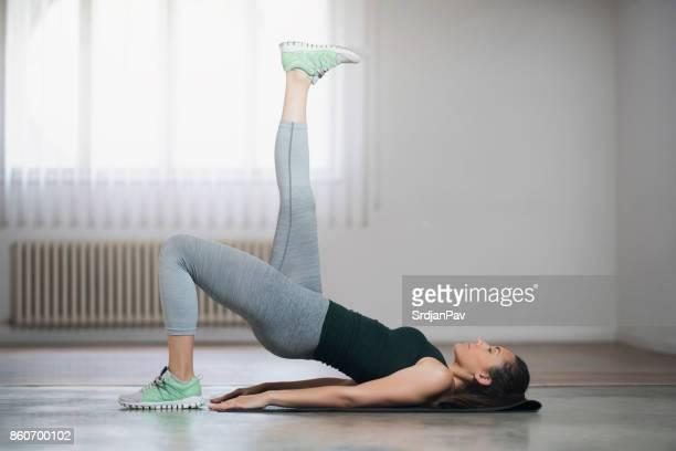 mantener mi cuerpo en plena forma - cadera mujer fotografías e imágenes de stock