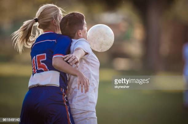 halten den ball sicher auf frau fußballspiel! - sportlicher zweikampf stock-fotos und bilder