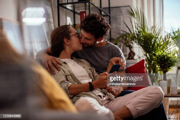 garder la romance va - embrasser sur la bouche photos et images de collection