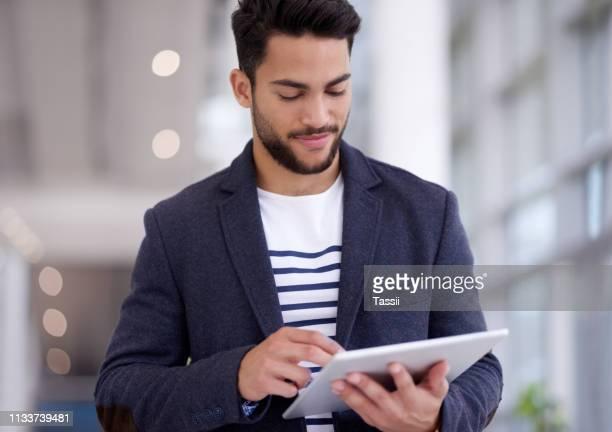 håller honom produktiv och uppdaterad - endast en man bildbanksfoton och bilder