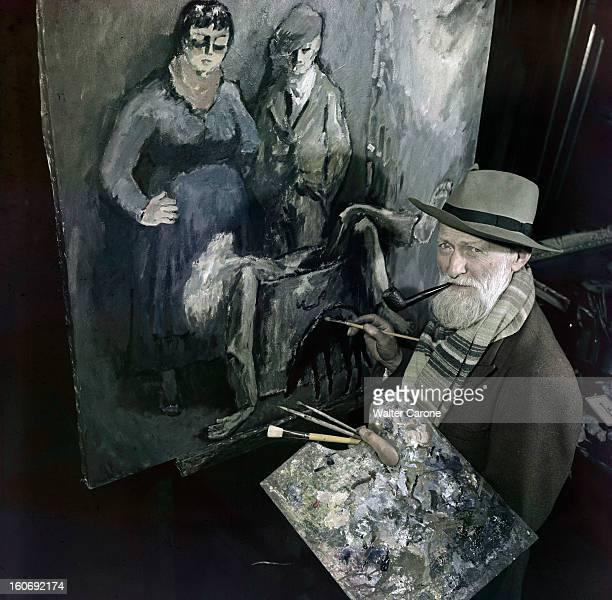 Kees Van Dongen In His Workshop Dans son atelier devant un de ses tableaux lors d'une séance de portrait le peintre Kees VAN DONGEN une pipe à la...