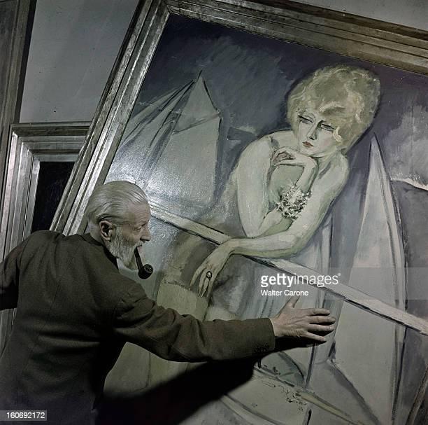 Kees Van Dongen In His Workshop Dans son atelier lors d'une séance de portrait le peintre Kees VAN DONGEN une pipe à la bouche déplaçant un de ses...