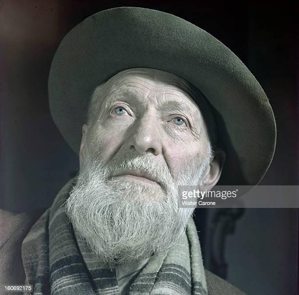 Kees Van Dongen In His Workshop Portrait du peintre Kees VAN DONGEN dans son atelier portant une écharpe et un chapeau