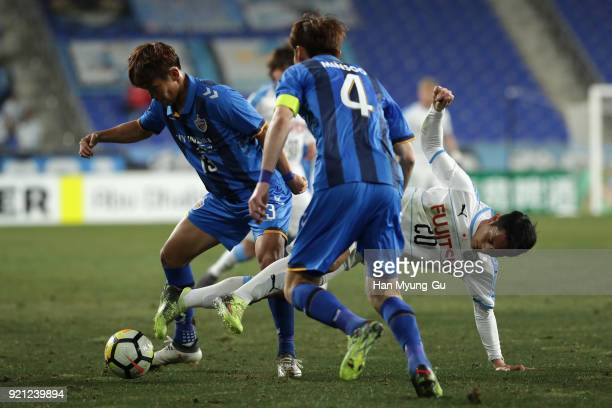 Kei Chinen of Kawasaki Frontale competes for the ball against Lee Myungjae and Kang Minsoo of Ulsan Hyndai during the AFC Champions League Group F...