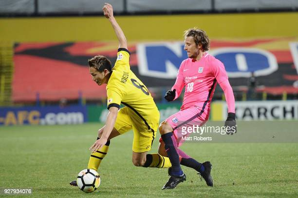 Kei Koizumi of Kashiwa Reysol competes for the ball against Diego Forlan of Kitchee SC during the AFC Champions League Group E match between Kashiwa...