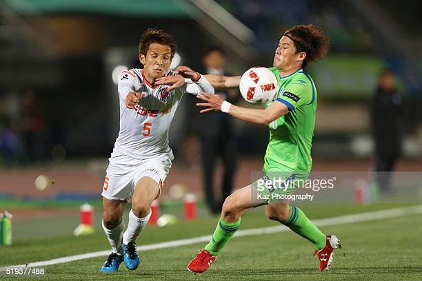 Keigo Numataof Omiya Ardija and Daisuke Kikuchi of Shonan Bellmare compete for the ball during the J.League Yamazaki Nabisco Cup match between Shonan...