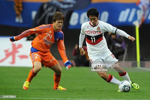 Keiji Tamada of Nagoya Grampus and Gotoku Sakai of Albirex Nigata compete for the ball during the JLeague match between Albirex Niigata and Nagoya...